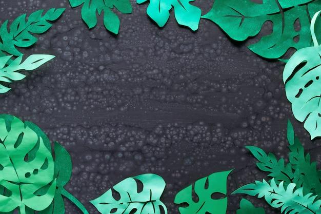 Fundo de papel artesanal, quadro com folhas tropicais exóticas, com espaço de texto no escuro