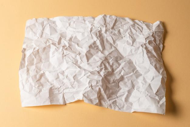 Fundo de papel branco amassado.