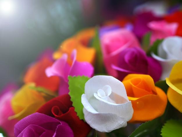 Fundo de papel de rosas coloridas.