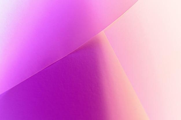 Fundo de papel geométrico colorido na luz de neon, copie o espaço