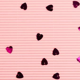 Fundo de papel ondulado de confete de coração metálico
