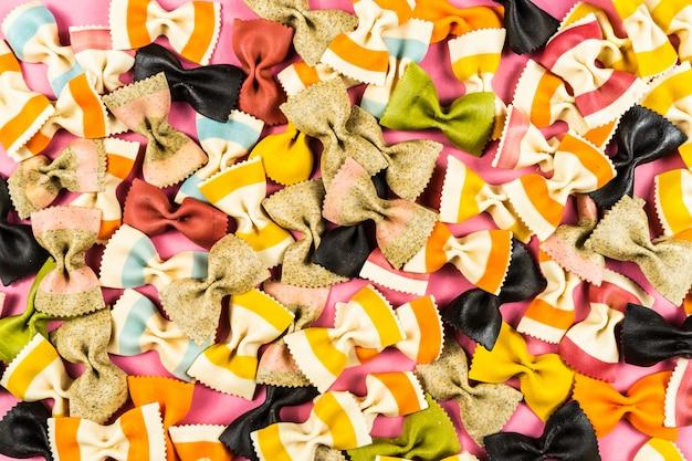 Fundo de papilons de semolina de trigo durum italiano colorido macarrão
