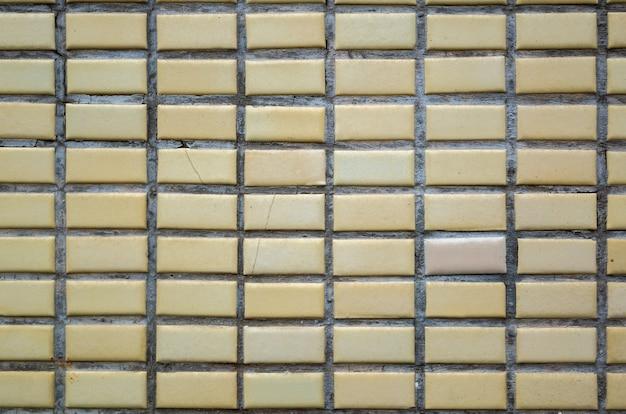 Fundo de parede de porcelanato amarelo real com bons detalhes