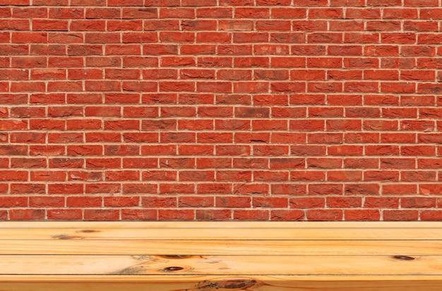 Fundo de parede de tijolo vermelho com display de placa de madeira