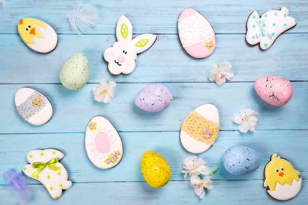 Fundo de páscoa. biscoitos em forma de ovos de páscoa e coelhinho da páscoa.
