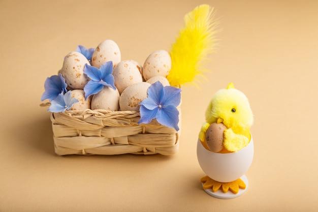 Fundo de páscoa com maçapão bege ovos de páscoa, pintinho e primavera flores