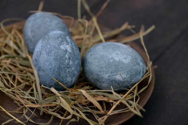 Fundo de páscoa: ovos no prato com feno