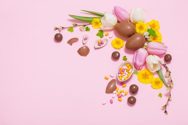Fundo de páscoa rosa com ovos e flores