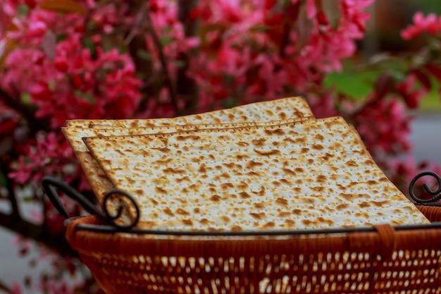Fundo de páscoa. vinho e matzoh feriado judaico pão mesa de madeira