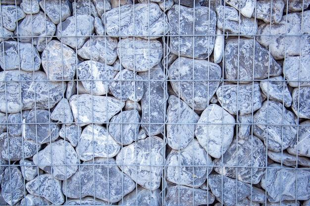 Fundo de pedras empilhadas em uma parede. fronteira decorada com pedras cinzentas.