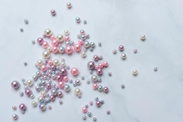 Fundo de pérolas, pérolas em fundo de mármore, conceito de joias de luxo e moda