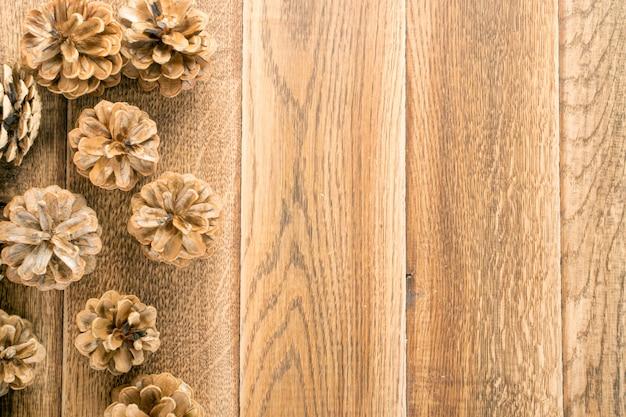 Fundo de pinhas ou textura de pinhas na madeira