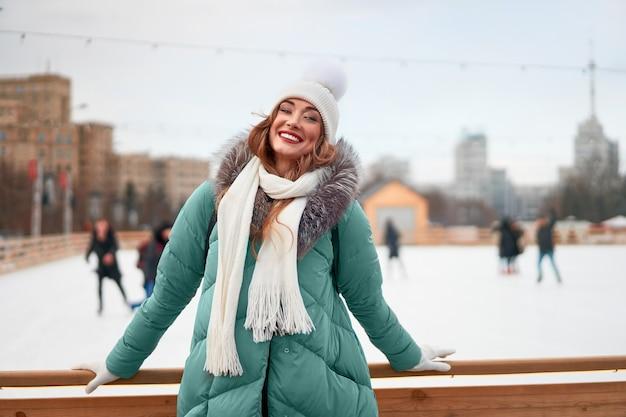 Fundo de pista de gelo ao ar livre de inverno mulher