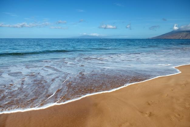 Fundo de praia calmo, linda onda do mar na praia de areia vista para o mar da praia tropical