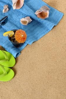 Fundo de praia com cola gelado e flip-flops