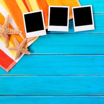 Fundo de praia com três impressões de foto polaroid em branco, copie o espaço