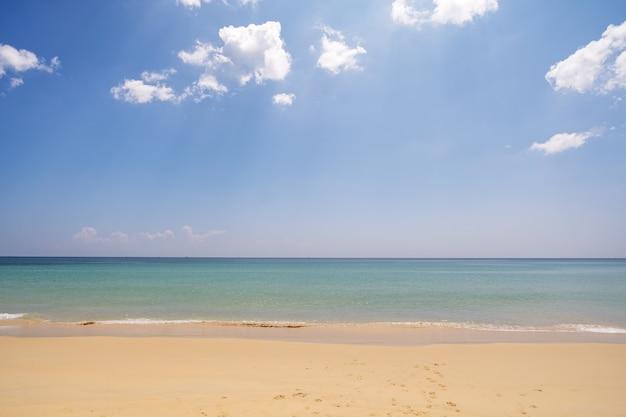 Fundo de praia tropical vazio de verão horizonte com céu e praia de areia branca onda batendo na costa arenosa.