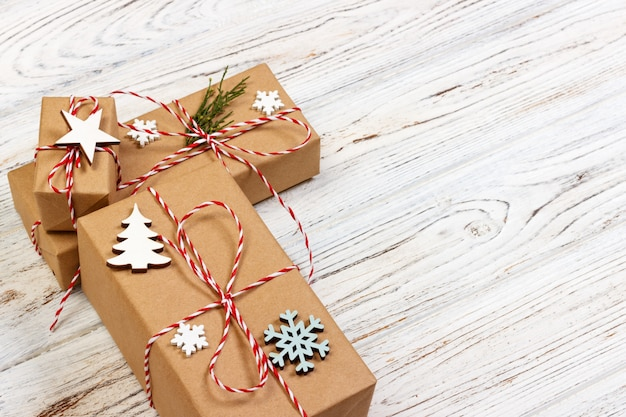 Fundo de presente de natal ou ano novo: decoração de galho de árvore do abeto, estrela e floco de neve