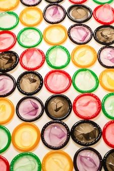Fundo de preservativos coloridos. vista do topo.