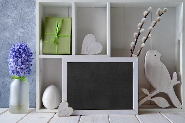 Fundo de primavera com decorações de primavera, salgueiro, jacinto e quadro-negro