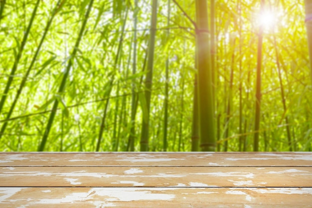 Fundo de primavera com mesa de madeira