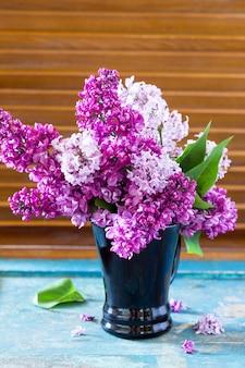 Fundo de primavera. lindo buquê lilás fresco de flores roxas no copo.