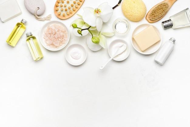 Fundo de produtos cosméticos naturais de spa, composição plana com espaço em branco para um texto