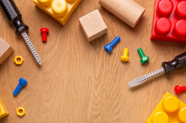 Fundo de quadro de brinquedos infantis com blocos de ferramentas de brinquedo e cubos na mesa de madeira