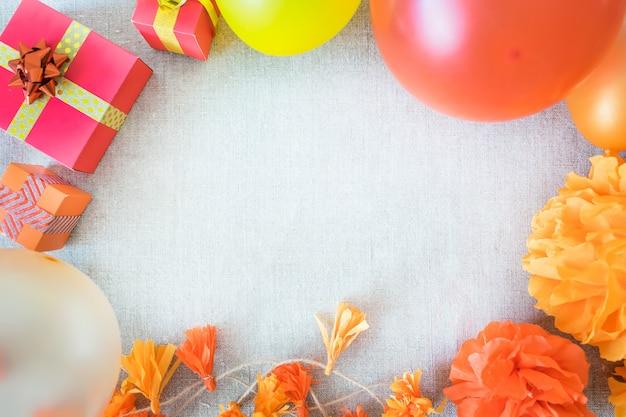 Fundo de quadro de festa de aniversário com decoração festiva, fitas, caixas de presente, balões, guirlanda
