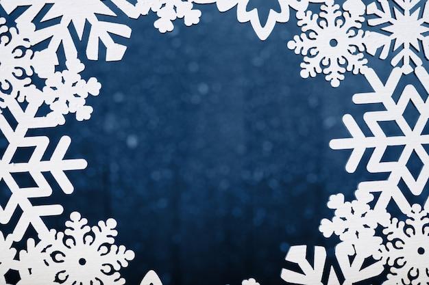 Fundo de quadro de flocos de neve de madeira brancos. decoração de natal