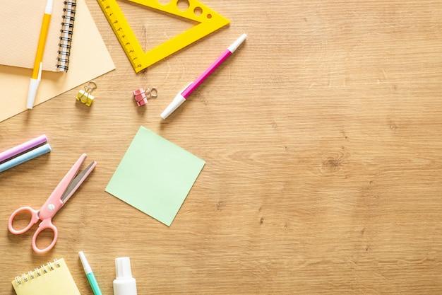 Fundo de quadro de material escolar. volta ao conceito de escola.