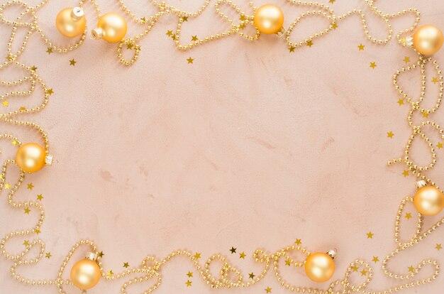 Fundo de quadro de natal dourado. grânulos com bolas decorativas e estrelas.