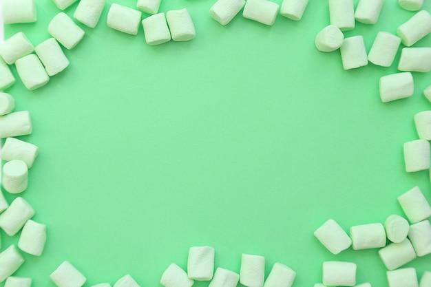 Fundo de quadro feito de marshmallows. o conceito de infância