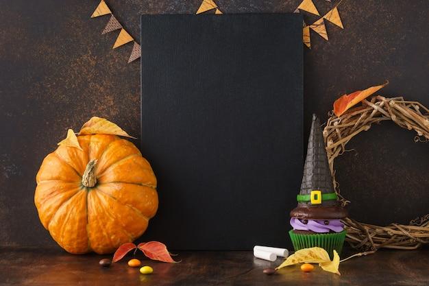 Fundo de quadro-negro de outono com abóbora e guloseimas de halloween