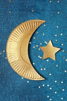 Fundo de ramadan kareem com crescente ouro e estrelas.