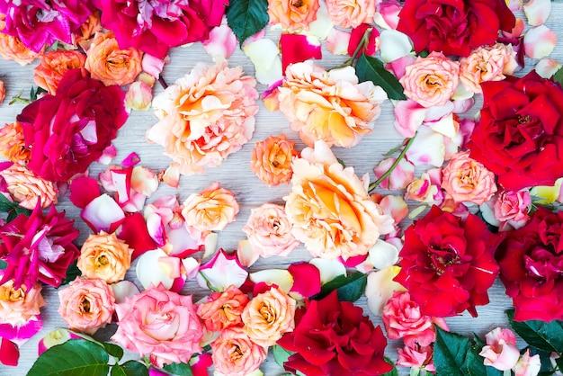 Fundo de rosas cor suave em madeira