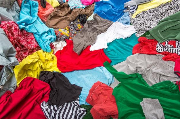 Fundo de roupas coloridas bagunçadas brilhantes