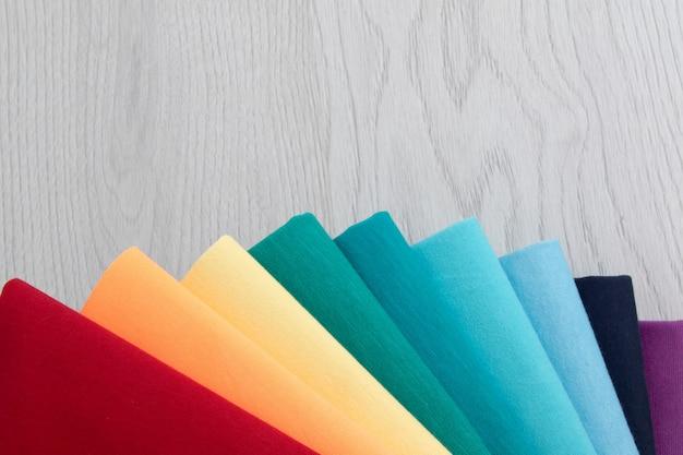 Fundo de roupas coloridas. cores do arco-íris. lugar para texto. fechar-se