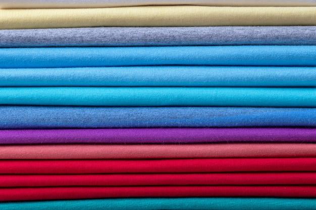 Fundo de roupas de algodão colorido. cores do arco-íris. tiras horizontais coloridas de tecido.