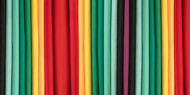 Fundo de roupas de algodão colorido. cores do arco-íris. tiras verticais coloridas de tecido. bandeira