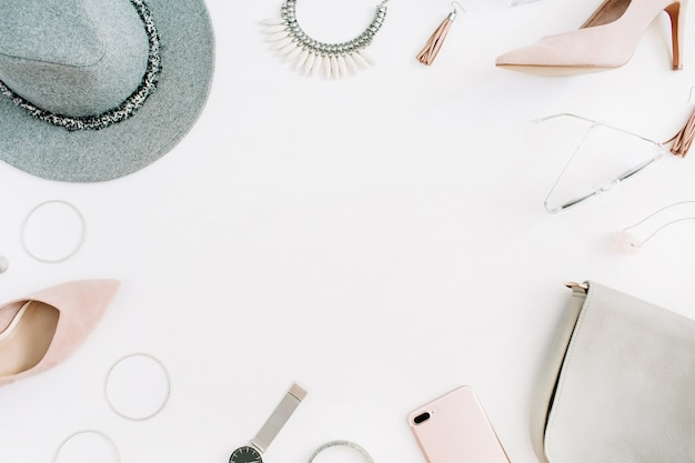 Fundo de roupas e acessórios de moda moderna feminina com moldura para texto. aparência de estilo casual feminino liso leigo. vista do topo