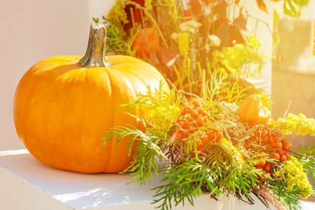 Fundo de saudação de ação de graças, outono ou outono com abóbora na mesa