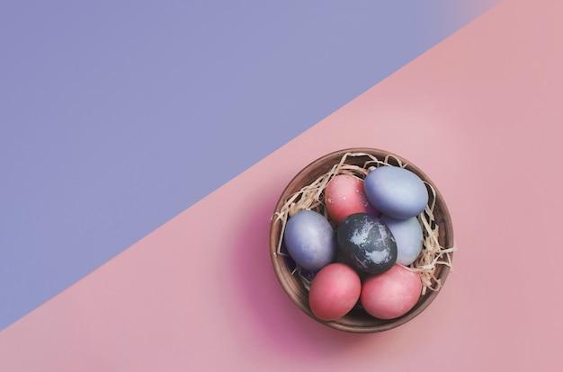 Fundo de saudação de páscoa com ovos coloridos tingidos
