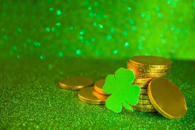 Fundo de saudação do dia de são patrício. venda do dia de patrick, modelo de convites, menu. com símbolos festivos - ferradura dourada, trevo verde, chapéu de duende, moeda de ouro