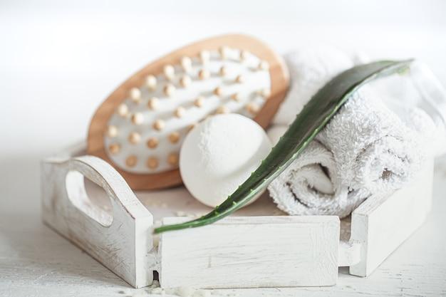 Fundo de spa com escova de massagem e bomba de banho. estilo de vida saudável, conceito de cuidados com o corpo e relaxamento.
