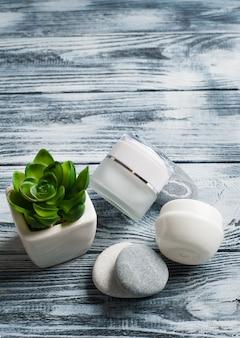 Fundo de spa com frascos de cosméticos, pedras