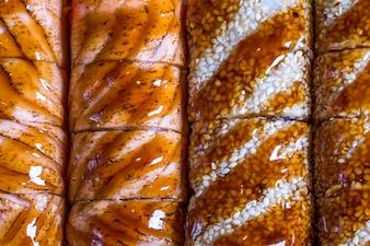 Fundo de sushi cozido de peixe fresco, metade dos quais é textura visível
