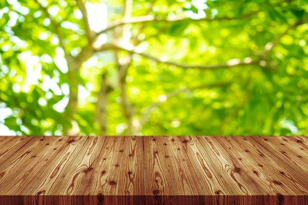 Fundo de tampo da mesa de madeira vazio de perspectiva. incluindo o traçado de recorte para montagem de exibição de produto ou layout de design.