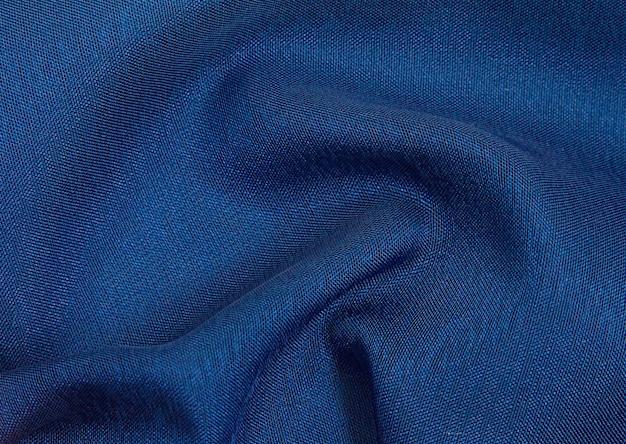 Fundo de tecido amarrotado azul escuro, textura de tecido leve e arejado e transparente.