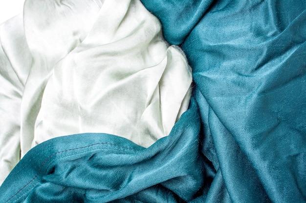 Fundo de tecido de cetim verde-oliva e pastel. dobras de tecido